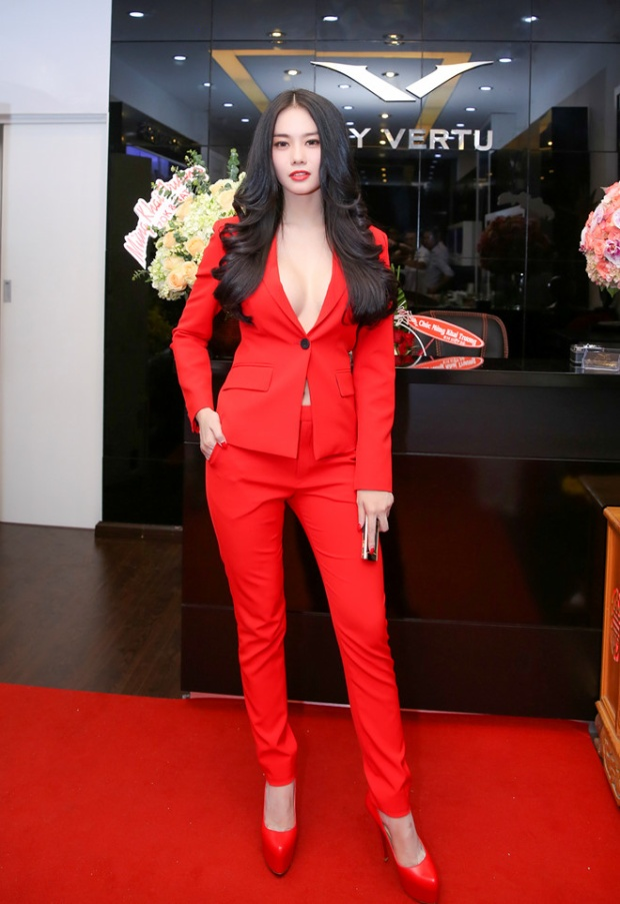 Linh Chi diện cả cây suits đỏ nổi bần bật.