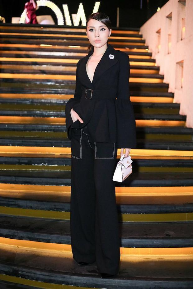 Hoa hậu Kỳ Duyên đẳng cấp với suits đen toàn tập cùng phụ kiện túi xách mini trắng làm điểm nhấn.