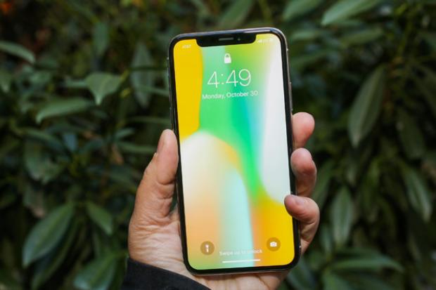 """Trong bài đánh giá iPhone X sau hai tuần sử dụng, Time nhận định """"iPhone X chính xác là những gì iPhone vẫn luôn như thế - Một chiếc điện thoại tuyệt vời""""."""