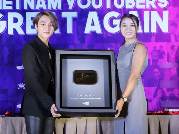 Nam ca sỹ người Thái Bình nhận nút Play Vàng từ YouTube khi nhận được 1 triệu lượt theo dõi hồi đầu năm.