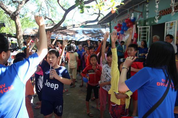 Các em nhỏ của lớp học tình thương được tham gia rất nhiều trò chơi.