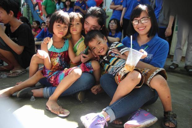 Qua chương trình, các bạn sinh viên lại có cơ hội hiểu và đồng cảm hơn về hoàn cảnh của các em nhỏ tại lớp học tình thương.