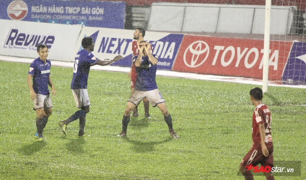 Tuy nhiên sau đó dưới cơn mưa tầm tã, đội chủ nhà chơi xuống sức khiến Than Quảng Ninh lội ngược dòng thắng chung cuộc 4-2.