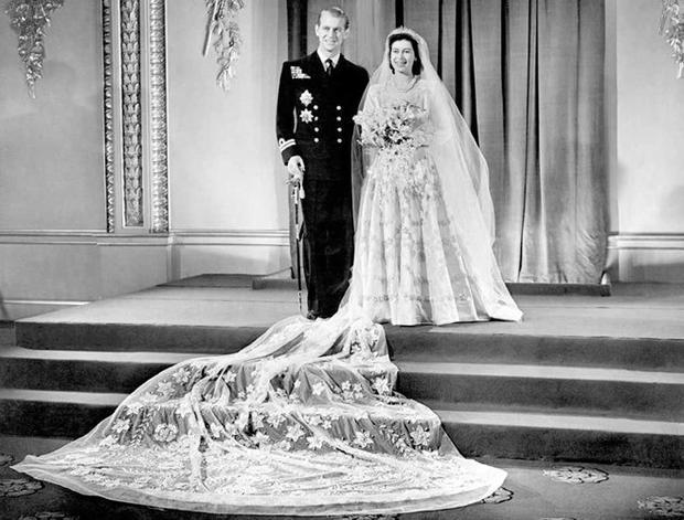 Cô dâu, chú rể chụp ảnh kỷ niệm trước Cung điện Buckingham.