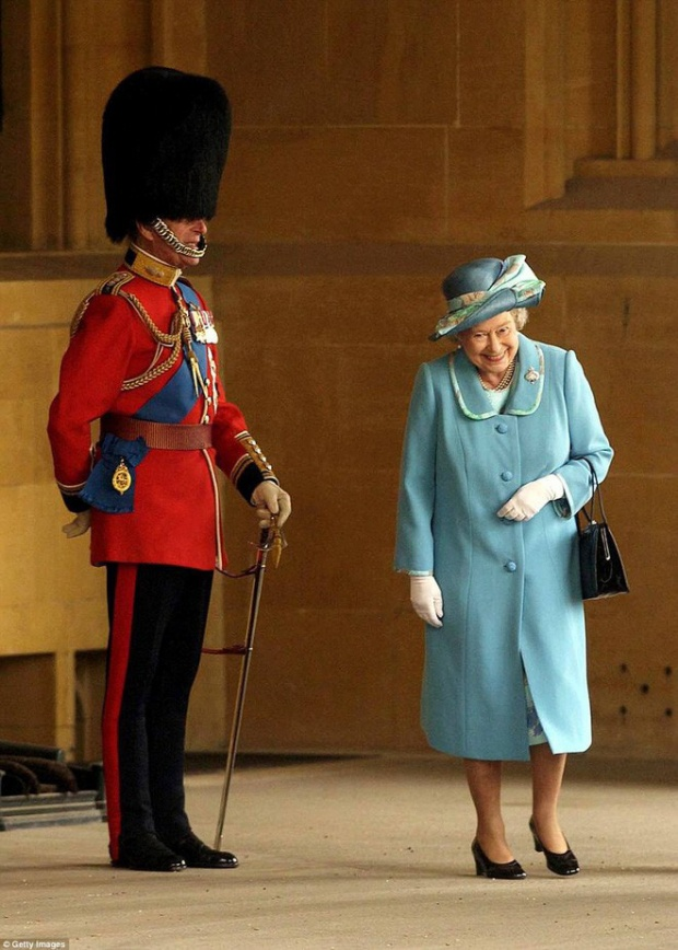 """Trước công chúng, Nữ hoàng Elizabeth luôn tỏ ra là một người nghiêm nghị và hiếm khi cười. Tuy nhiên, chỉ cần người đó là Hoàng thân Philip, thì dù ông có trong """"thân phận"""" nào chăng nữa, bà cũng có thể nở một nụ cười duyên dáng và đáng yêu."""