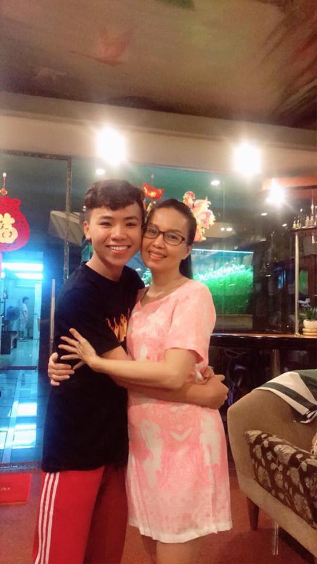 """Trên trang cá nhân, Nguyễn Công Quốc cập nhật hình ảnh thân thiết bên ca sĩ Cẩm Ly cùng trạng thái ngắn gọn: """"Yêu cô""""."""