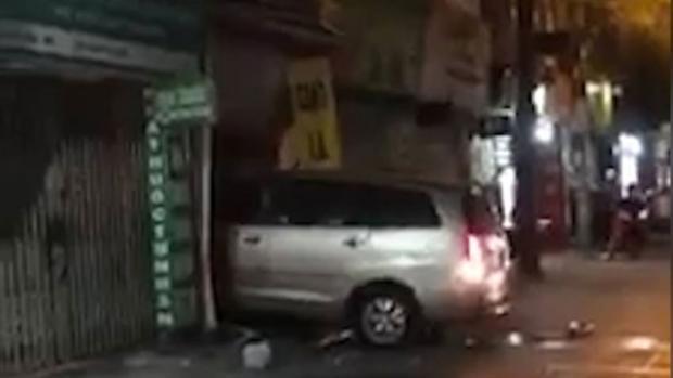 Hình ảnh chiếc xe ô tô lao vào nhà dân khiến nhiều người chứng kiến hoảng loạn.