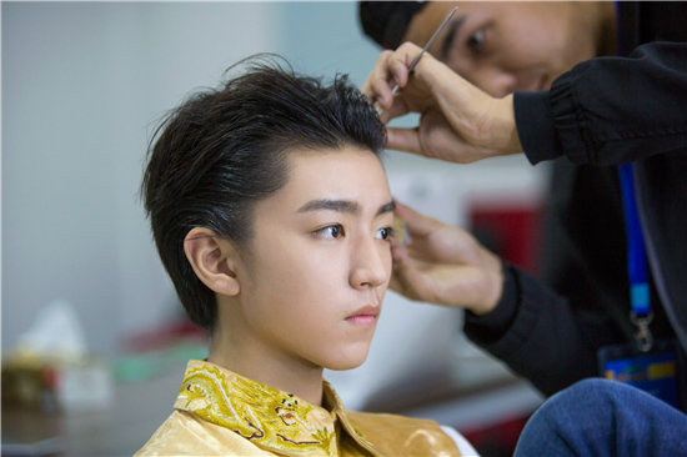 Hoàng đế Vương Tuấn Khải đẹp như tượng tạc trong Sự ra đời của diễn viên