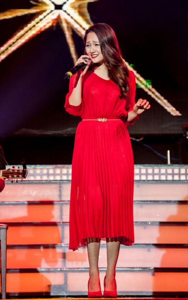 Khó có thể tin rằng Bảo Anh dám diện chiếc đầm voan đỏ chói này lên sân khấu. Chiếc đầm dài tay kính cổng cao tường không hề có điểm nhấn lại được phối cùng đôi giày đỏ cũng chói không kém. Cộng thêm kiểu tóc xoăn buông xõa thẫn thờ, trông cô ca sĩ 9X khá đơn điệu trên sân khấu.