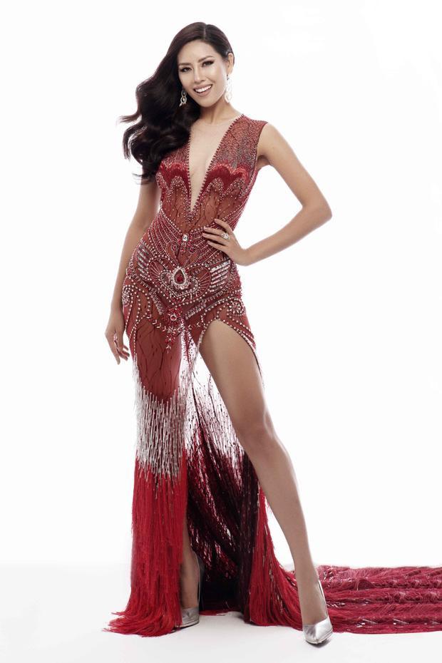 Bộ trang phục dạ hội màu đỏ sang trọng được thiết kế với phần cổ khoét sâu nhằm khoe vẻ đẹp gợi cảm của Nguyễn Thị Loan.