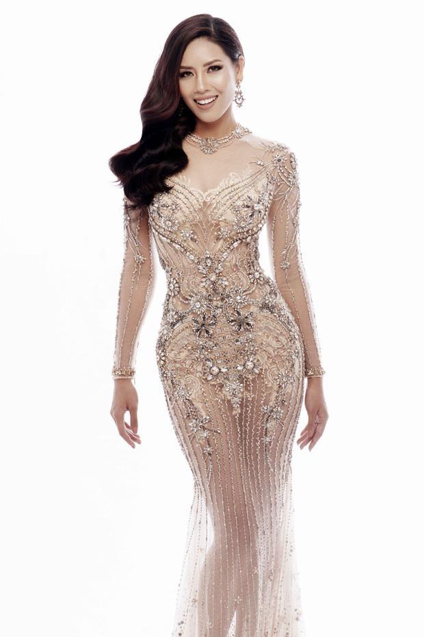 Ngoài ra, người đẹp cũng đem thêm một bộ váy màu kem để chuẩn bị cho những sự kiện quan trọng bên lề.