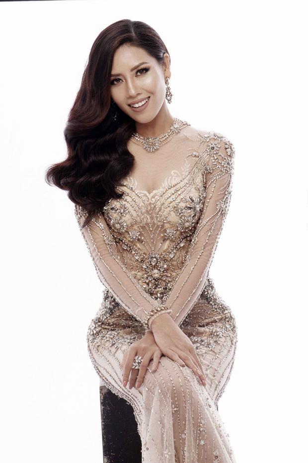 Đặc biệt, cả 3 bộ trang phục đều mang phong cách đầm xuyên thấu, giúp đại diện Việt Nam khéo léo khoe đôi chân dài miên man cùng những đường cong cơ thể quyến rũ - rất phù hợp với tiêu chí của Hoa hậu Hoàn vũ là đề cao vẻ đẹp hình thể gợi cảm của người phụ nữ hiện đại.