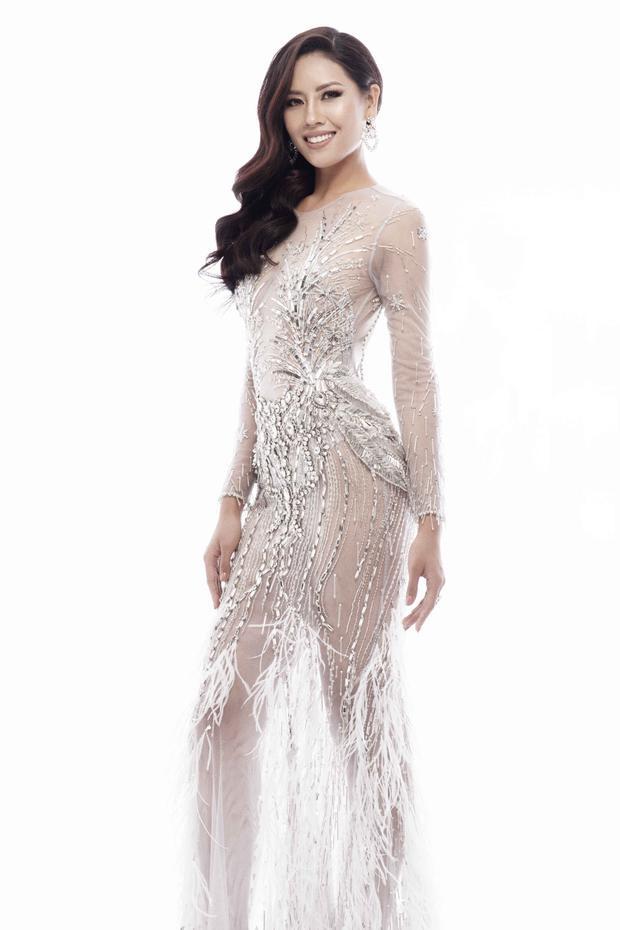 Bộ trang phục với phần đính kết lông vũ ngay phần chân váy, tạo nét uyển chuyển khi di chuyển.