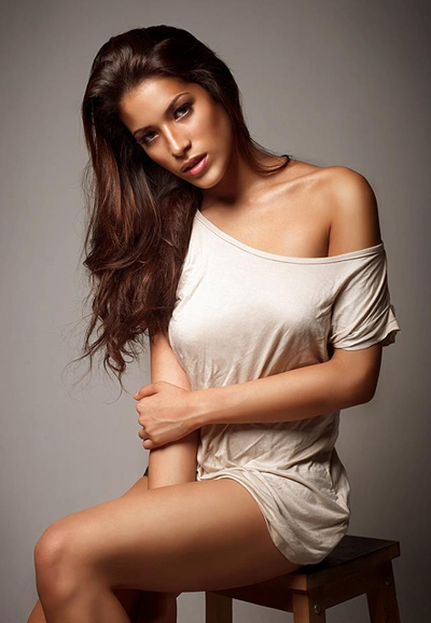 Samantha Katie James mang dòng máu lai giữa Brazil và Trung Quốc. Cô hiện theo đuổi nghề người mẫu ở Malaysia. Người đẹp năm nay 22 tuổi, cao 1m7. Samantha làm người mẫu từ năm 17 tuổi. Cô xuất hiện trong nhiều quảng cáo trên truyền hình, tham gia các show thời trang và đóng một số phim.