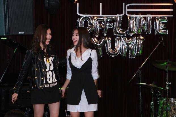 Cô nàng liên tục cười tít mắt khi được Phương Chi đến chúc mừng, ủng hộ.