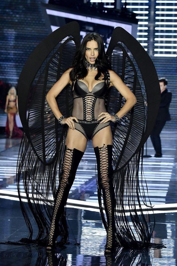 Siêu mẫu gạo cội Adriana Lima.