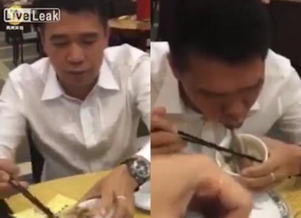 """Con bạch tuộc này dường như khá """"hoảng loạn"""", nó cố gắng """"bấu víu"""" vào miệng người đàn ông này khi anh ta có ý định ăn nó."""