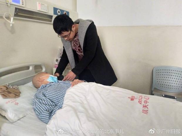 Anh luôn túc trực ở bệnh viện để chăm sóc cho vợ.