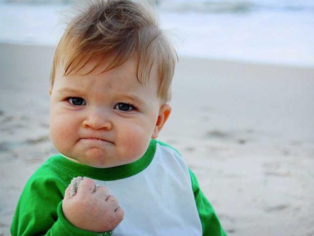 """Meme """"Success kid"""" được chia sẻ mạnh mẽ trên Internet như một biểu tượng của niềm vui, sự háo hức và sự quyết tâm. Tấm hình này được chụp bởi mẹ của một cậu bé 11 tháng tuổi có tên Sammy khi hai người đang chơi trên bờ biển vào năm 2007. Ngay sau khi đăng lên Flickr, nó bắt đầu thu hút được sự chú ý."""