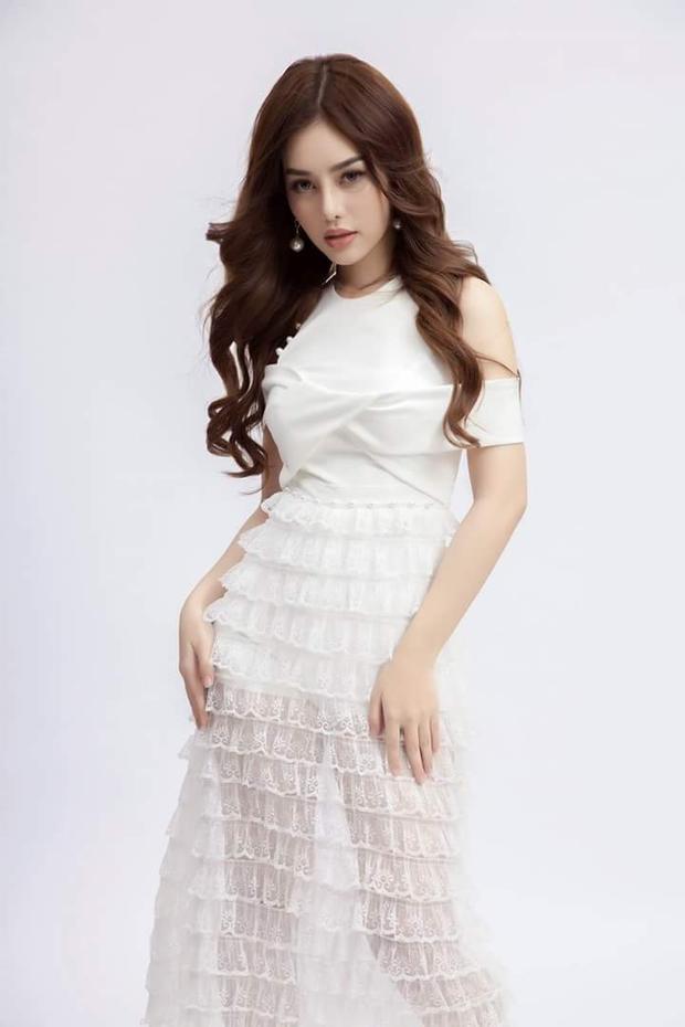 Ngay cả khi diện mẫu váy ren trắng, chi tiết trễ vai, Dung Doll cũng thể hiện nét quyến rũ, gợi cảm.