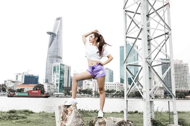 Thí sinh team Kỳ Duyên luôn thể hiện triệt để nét sexy trên cơ thể, góc mặt. Cả trong những trang phục năng động như áo thun, quần short jean.