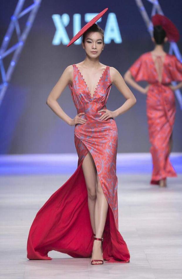 Bên cạnh đó, cô còn là chân dài được nhiều thương hiệu tin tưởng mời tham gia các show thời trang trong năm.