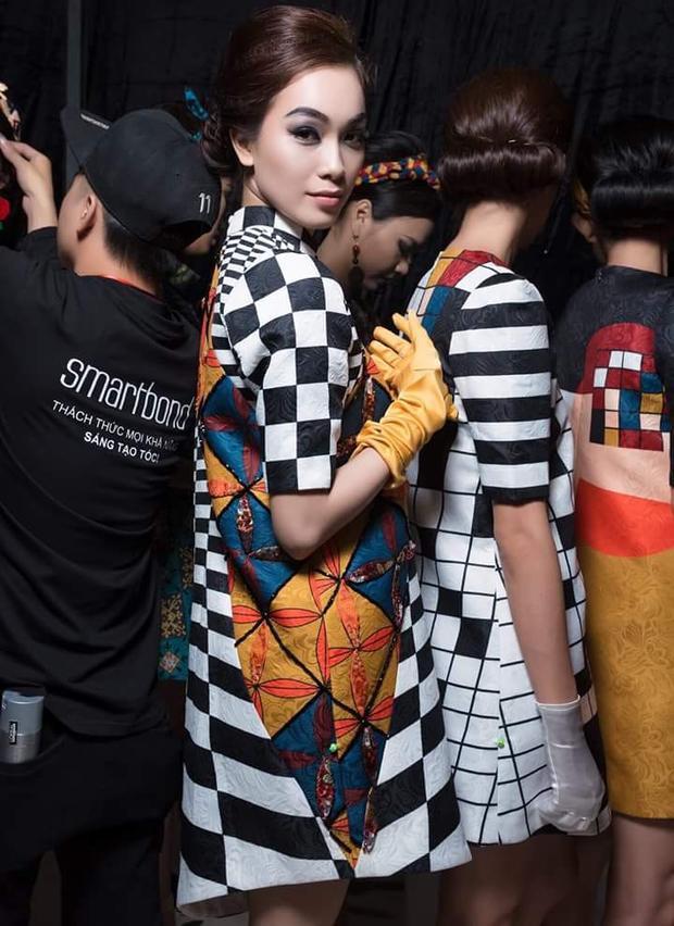 """Hay gần, người mẫu tham gia trình diễn bộ sưu tập """"Cô Ba Sài Gòn"""" của nhà thiết kế Thủy Nguyễn tại sự kiện Tuần lễ Thời trang Quốc tế Việt Nam."""