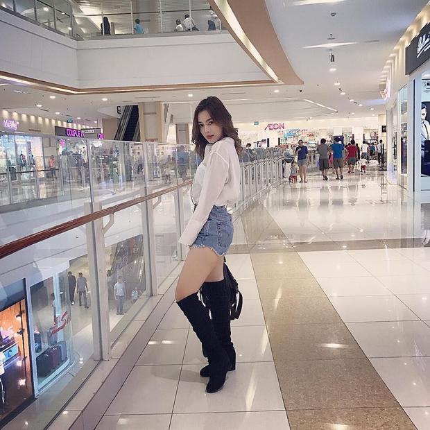 Dung Doll: Sinh năm 1996, sở hữu hình thể nỏng bỏng cùng khuôn mặt sắc sảo, cô nàng Dung Doll đã sớm định hình cho mình phong cách ăn mặc cùng thần thái gợi cảm.