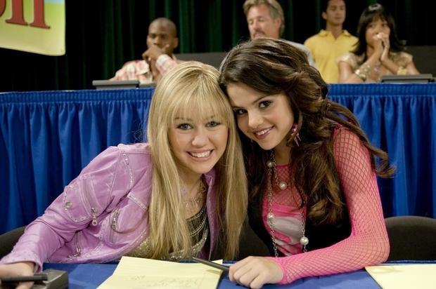 Gần 10 năm cạch mặt sau mối thù giật bồ, Miley Cyrus công khai cổ vũ Selena Gomez trên mạng?