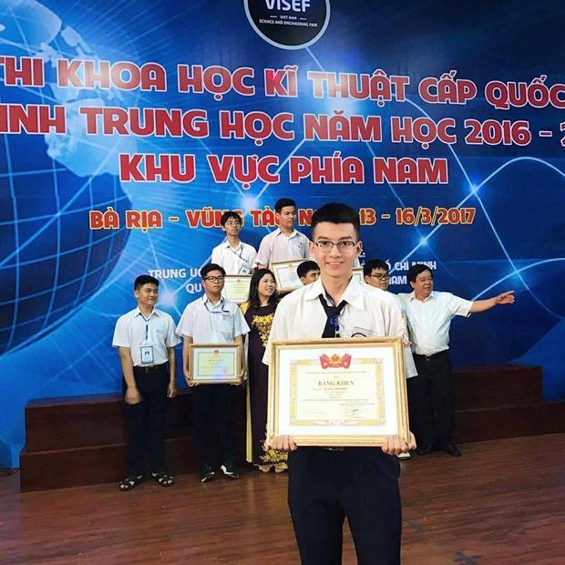 Anh Thức nhận bằng khen trong cuộc thi khoa học kỹ thuật cấp quốc gia