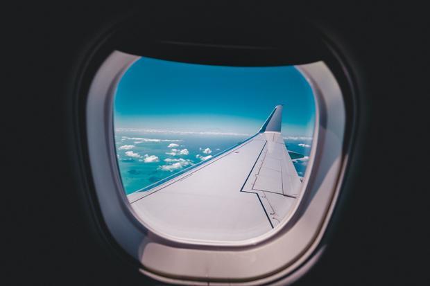 Vì sao phải kéo màn cửa sổ khi máy bay cất cánh và hạ cánh?