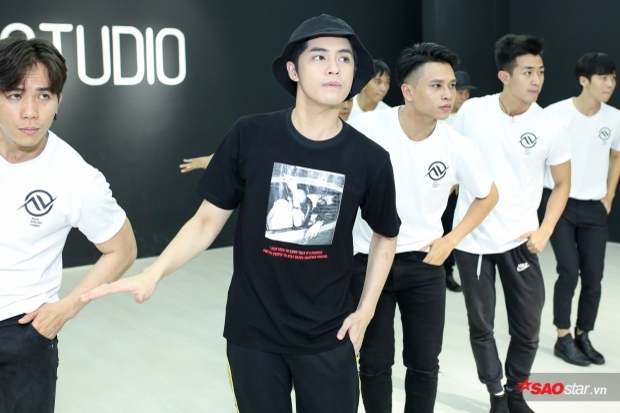 Đặc biệt, các dancer còn diện mẫu áo đồng phục sắp được ekip Noo tung ra.