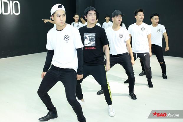 Đông đảo dàn dancer cũng có mặt để luyện tập cùng nam ca sĩ.
