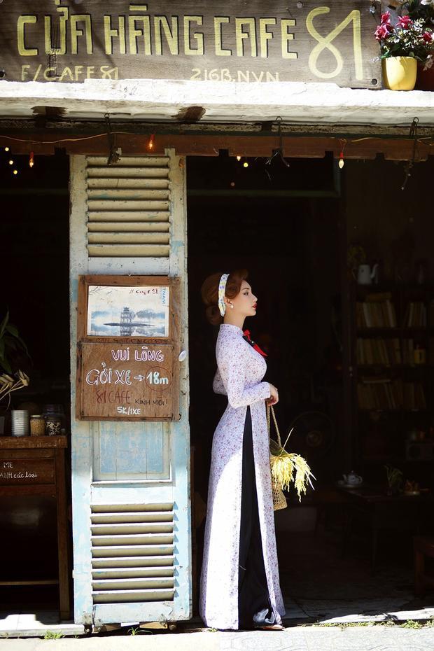 Xuất hiện trong từng khung hình, nữ diễn viên sinh năm 1990 khoe vẻ kiêu sa, đài các khi diện những bộ áo dài được cắt may theo đúng phom truyền thống với cổ áo cao 7 tấc, tay áo suông.