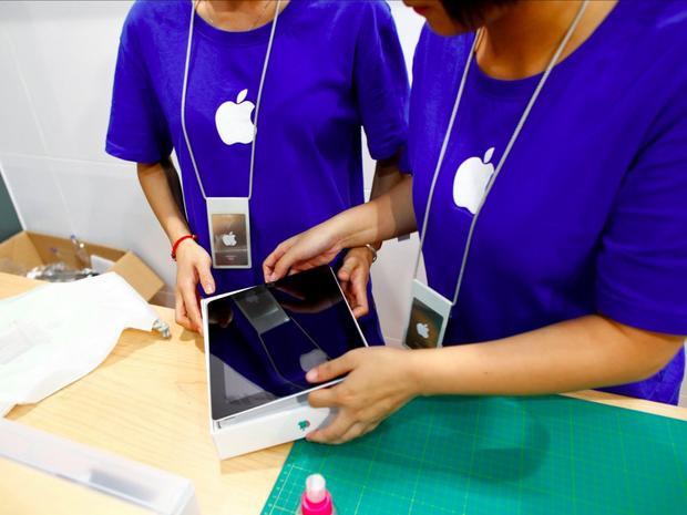 Một số nhân viên Apple Store giả cho biết họ đã mua những chiếc iPhone mới từ Mỹ hoặc Hong Kong trước khi vận chuyển lậu qua biên giới.