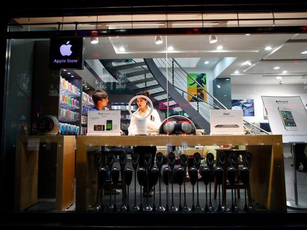 Những chiếc máy này sau đó có thể được bán ra với giá gấp đôi cho những người nóng lòng được dùng iPhone mới.