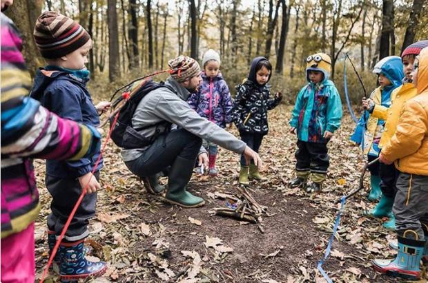 Thay vì học trong lớp học nhàm chán, các học sinh được dẫn vào rừng trải nghiệm.