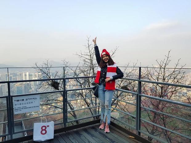 Chiếc khăn choàng Arsenal là một trong những món đồ ưa thích được cô nàng mang đi trong các chuyến du lịch.