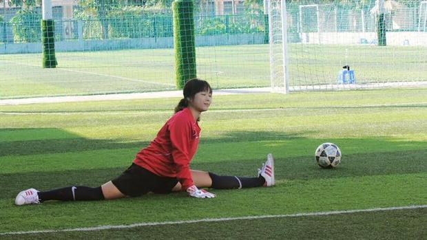 Hoài Thương một thời là thủ môn của đội bóng trường cấp 3.
