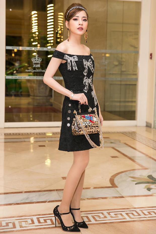 """Mới đây, đến tham dự một sự kiện khai trương một nhãn hàng mới có mặt tại Việt Nam, Chi Pu hóa tiểu thư kiêu kì khi chọn mặc bộ đầm cổ điển của thương hiệu Dolce&Gabbana với giá hơn 100 triiệu đồng. Với bộ cánh """"đơn giản"""" này, Chi Pu ngay lập tức lọt vào top sao mặc đẹp nhất tuần mặc dù người hâm mộ đã phát hiện """"em chồng Hà Tăng"""" - Thảo Tiên đã mặc trước đó."""