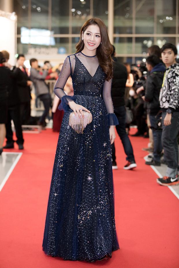 Tại một lễ trao giải trên thảm đỏ WebTV Asia Awards ở Hàn Quốc, Chi Pu nổi bật với đầm dạ hội xanh sẫm gợi cảm. Mẫu đầmcủa Chi Pu lấy cảm hứng từ dải ngân hà lấp lánh với 4.000 viên pha lê và đá đính kết tỉ mỉ. Thiết kế của Đỗ Long đã giúp người đẹp sinh 9Xnhận được lời khen có cánh. Chi Pu Bóp khéo léo nhấn nhá thêm ví cầm tay tua rua ánh kim vô cùng lung linh.