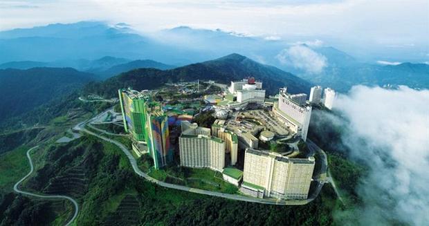 Cao nguyên Genting cách thủ đô Kuala Lumpur 50km về phía Bắc, được xưng tụng là thành phố giải trí trong mây với nhiều khu nghỉ dưỡng bậc nhất, khu vui chơi cao cấp và các sòng bài hào nhoáng chẳng kém Las Vegas là bao.