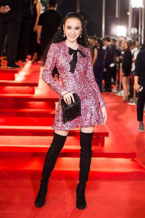 Phương Trinh cũng diện kiểu bốt cao quá gối này lên thảm đỏ cùng váy sequin lấp lánh.