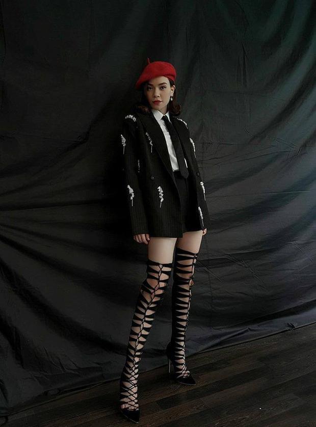 Cùng mẫu bốt dây đan cao bất tận này, Hồ Ngọc Hà có một gợi ý khác với set đồ màu đen nhìn rất thanh lịch.