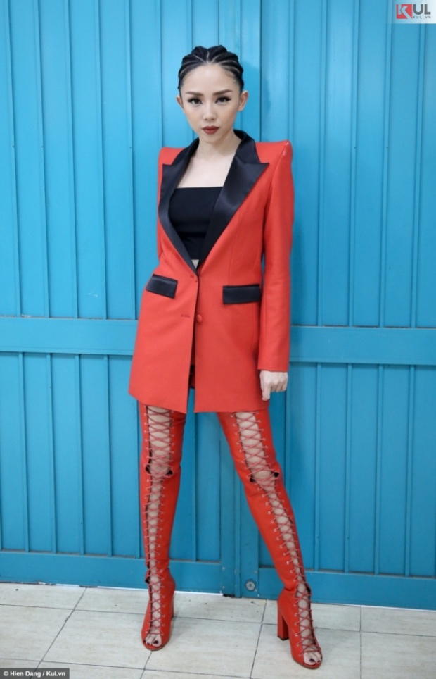 Và cũng có khi Tiên chọn đôi bốt dây đan màu đỏ rực, kết hợp với vest đỏ nhưng nhìn vẫn đẹp, không bị làm quá.