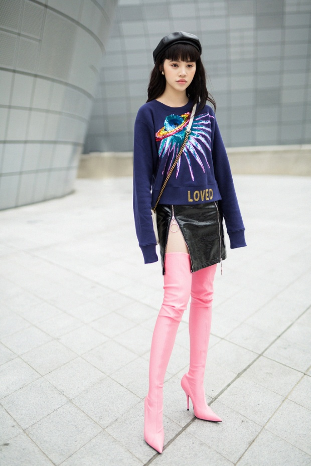 Một đôi bốt hai số phận. Jolie Nguyễn đã từng xuất hiện với đôi bốt này trên đường phố Seoul. Đôi bốt giúp Jolie khoe khéo đôi chân dài và cực thon gọn của mình. Bộ trang phục không quá cầu kỳ với chân váy da đen xẻ cao, áo sweater nhưng lại được lên tạp chí Vogue. Đơn giản bởi người mặc biết kết hợp những items cực phù hợp với vóc dáng của mình.