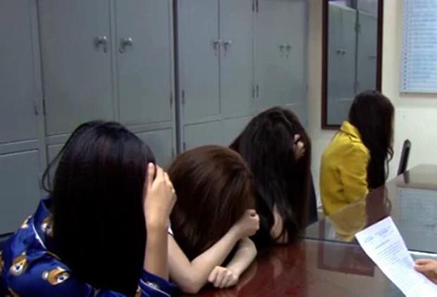 4 gái bán dâm tại cơ quan công an. Ảnh ANTĐ