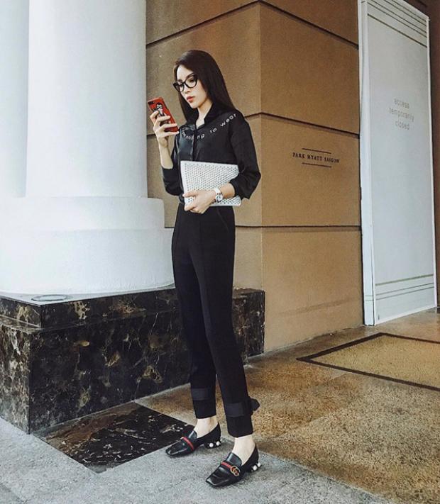 Hoặc Duyên sẽ chọn cả cây đen thế này nhìn rất cá tính. Hầu như gần đây Duyên rất ít xuất hiện với váy vóc rườm rà mà thường xuyên mặc đồ với tiêu chí đơn giản và chất.