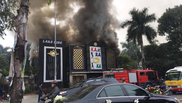 Khi tiếp nhận thông tin, lực lượng cảnh sát PCCC có mặt tại hiện trường cùng xe cứu hỏa tiến hành chữa cháy.