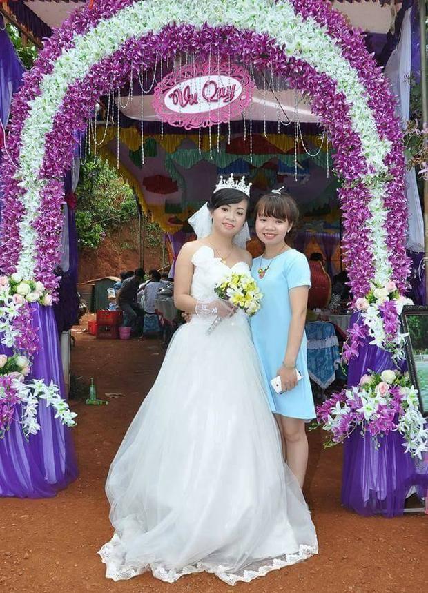 Người chị em sinh đôi chụp ảnh cùng chị Hà tại lễ cưới.